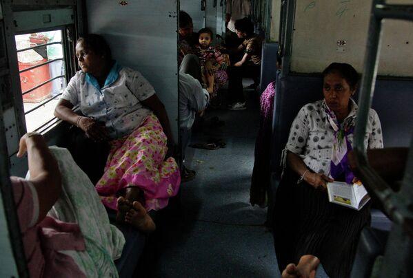 Пассажиры ждут отправки поезда во время проблем с энергоснабжением в Индии