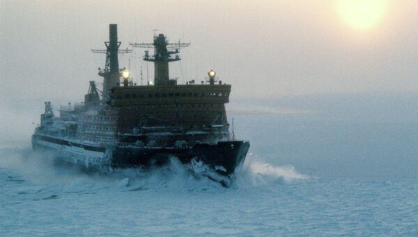 Атомный ледокол Арктика во льдах Северного Ледовитого океана. Архивное фото