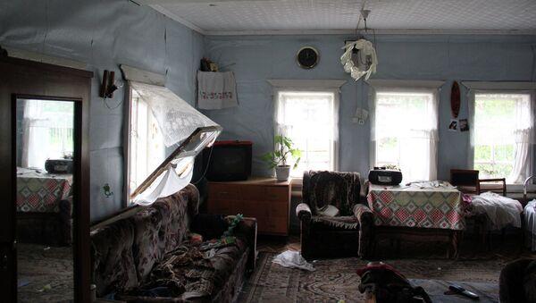 Гостиная в одном из домов поселка Пугачево после взрыва. Архив