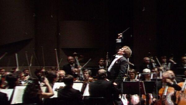 Оркестр под управлением Федосеева исполняет симфонию № 4 Чайковского