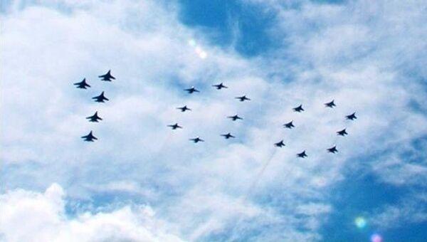 Су-25, Су-27 и Миг-29 выстроились в цифру 100 на репетиции авиашоу