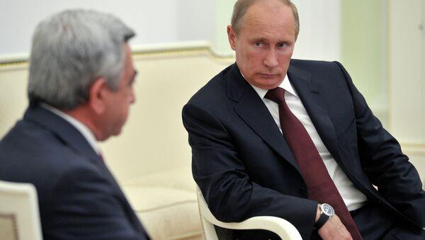 Президент России Владимир Путин (справа) во время встречи с президентом Армении Сержем Саргсяном. Архив