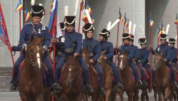 Казаки седлают редких лошадей и готовятся к походу из Москвы в Париж