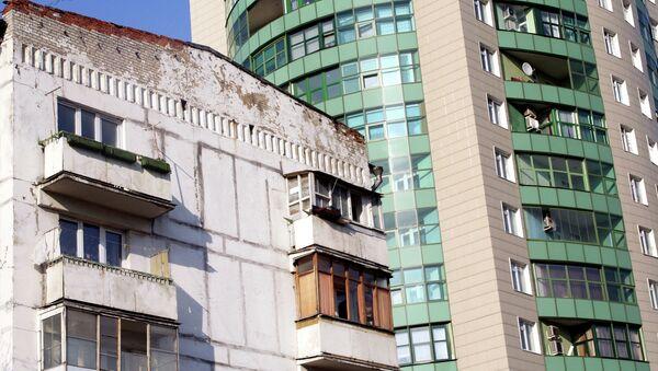 Жилой дом на фоне новостройки. Архив