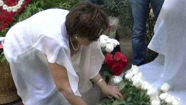 Букет белых роз принесла Тамара Синявская к памятнику Муслима Магомаева