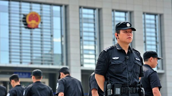 Полиция у здания суда в Китае