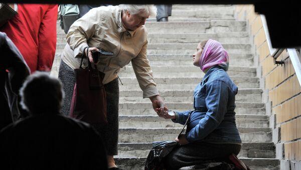 Женщина просит милостыню