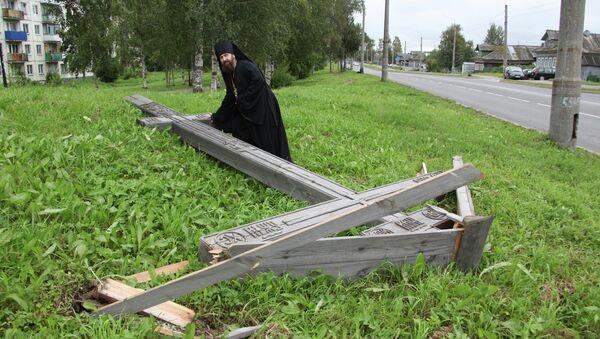 Вандалы срубили поклонный крест в Архангельске
