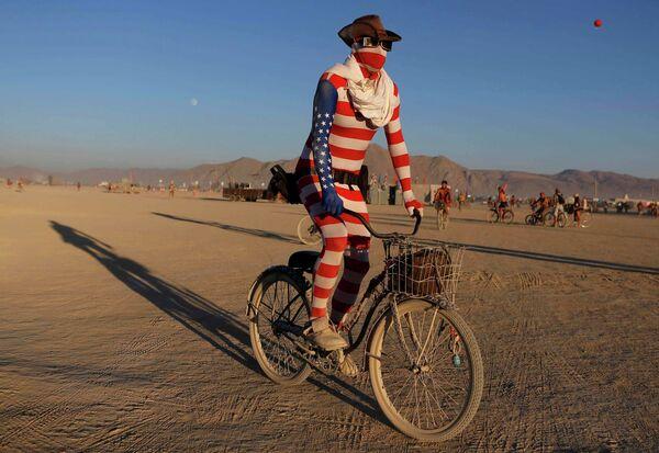 Участник фестиваля Burning Man в пустыне Блэк-Рок (Black Rock desert, пустыня Черной скалы) в штате Невада в США