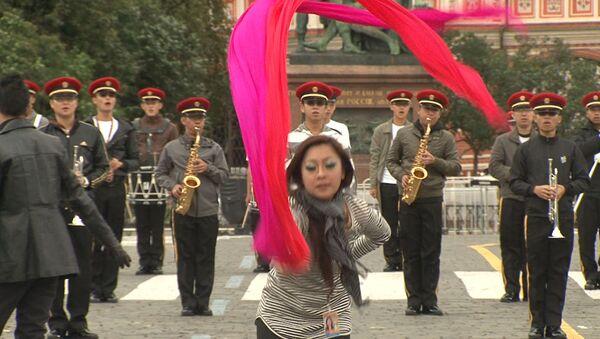 Русская песня в исполнении сингапурцев и танец дракона на Красной площади