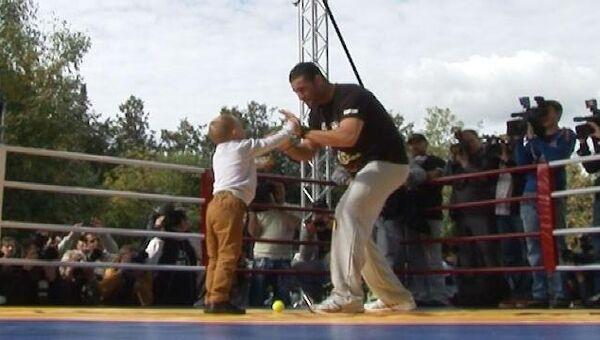 Дети бегают по рингу во время тренировки Кличко и Чарра