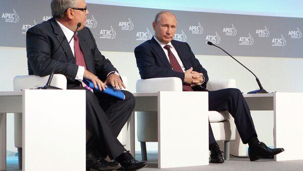 В.Путин на открытии пленарного заседания Делового АТЭС. Архив