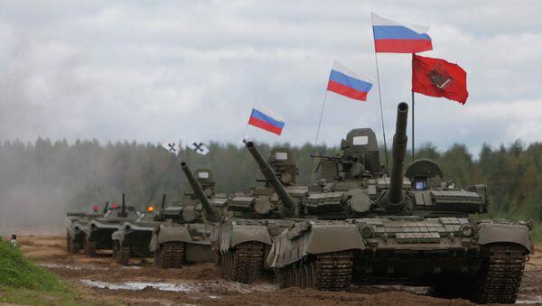Танки Т-72 во время показательных выступлений на танковом шоу. Архив