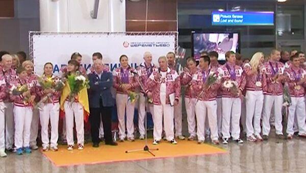Российских паралимпийцев встречает оркестр в аэропорту Шереметьево