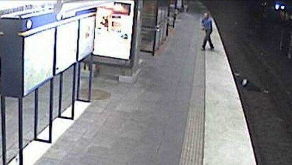 Мужчина упал на рельсы в метро Стокгольма и был ограблен
