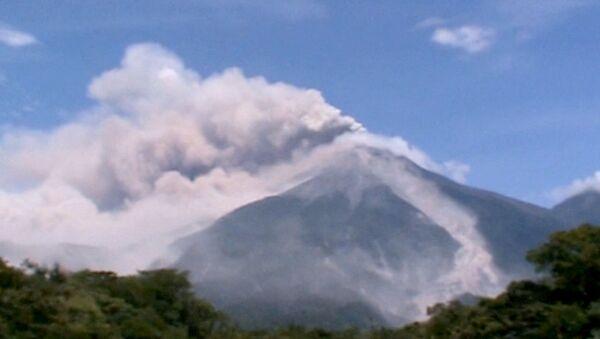 Проснувшийся вулкан Фуэго выбрасывает пепел на километровую высоту