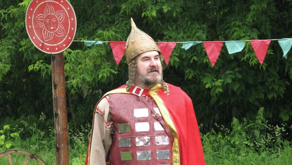 Человек в костюме Ильи Муромца