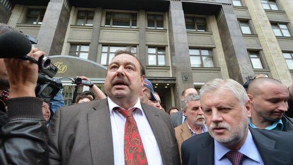 Геннадий Гудков пообщался с журналистами у здания Госдумы РФ