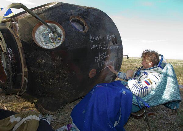 Космонавт Геннадий Падалка после приземления корабля Союз ТМА-04М в Казахстане