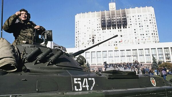 Танкист на танке около осажденного Дома Советов РФ 4 октября 1993 года