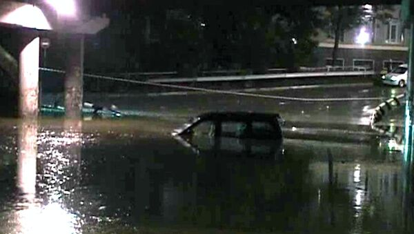 Тайфун оставил во Владивостоке затопленные дороги и заблокированные авто