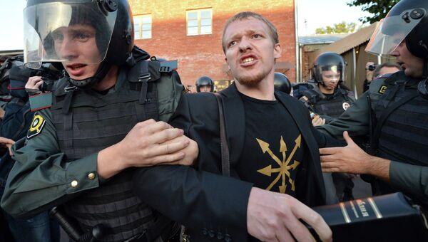 Сотрудники правоохранительных органов проводят задержание православных активистов