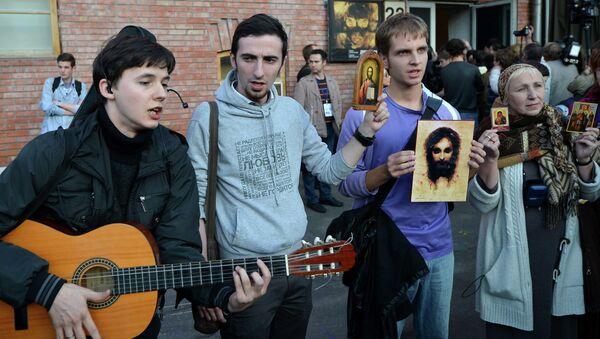Православные активисты около входа в ЦСИ Винзавод, где проходит открытие выставки Духовная брань