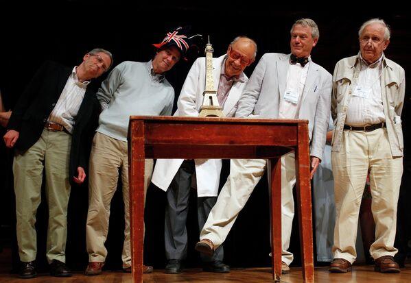 Лауреаты Нобелевской премии разных лет рассматривают макет Эйфелевой башни в ходе 22-й Церемонии вручения Шнобелевской премии в Кембридже