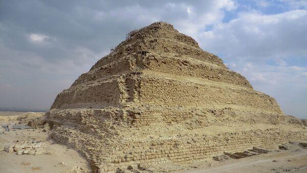 Ступенчатая пирамида Джосера в Саккаре, Египет. Архивное фото