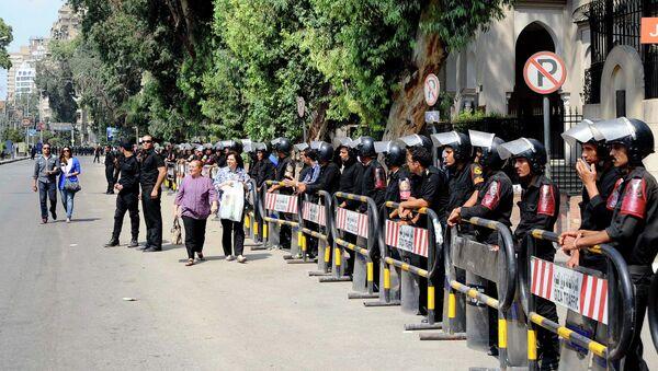 Полицейский кордон у французского посольства в Каире