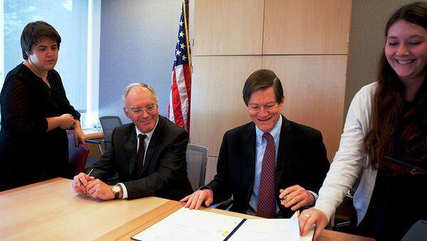 Главы американской и российской делегаций Джон Ордуэй и Владимир Леонтьев обсуждают имплементацию договора по СНВ