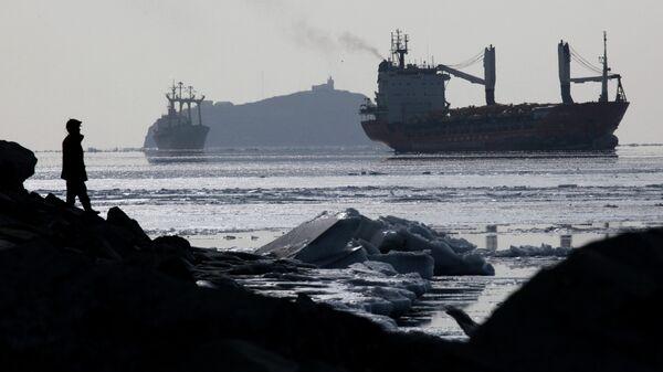Судоходство в заливе Петра Великого во Владивостоке. Архив