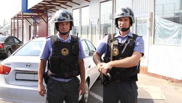 Полицейские, задержавшие подозреваемого в похищении Даши Поповой