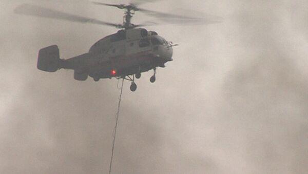 Вертолеты сбрасывают воду на горящие склады в Подмосковье