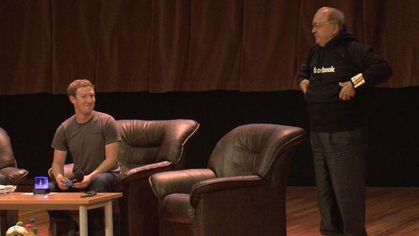 Ректор МГУ надел подарок Цукерберга под аплодисменты студентов