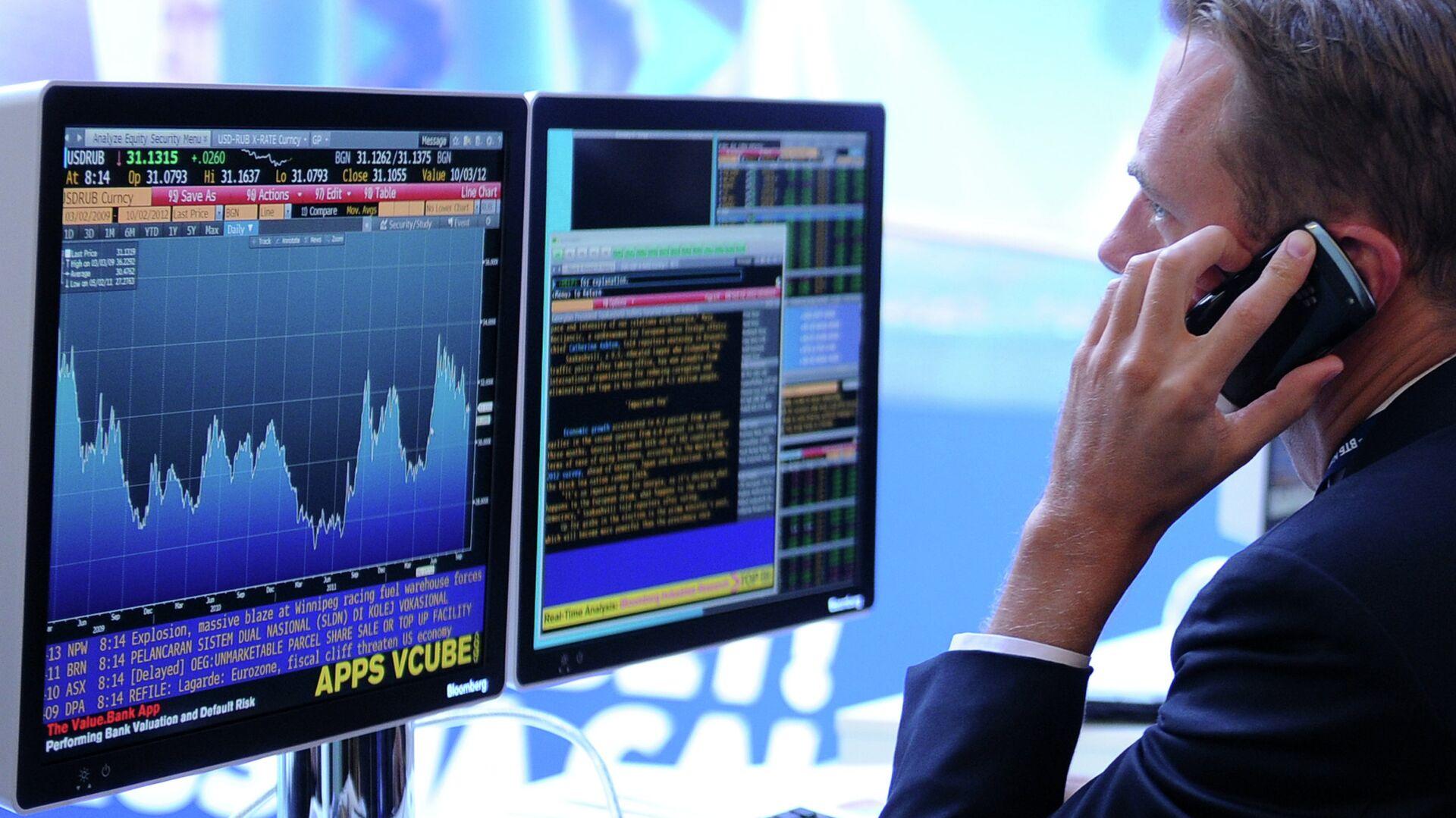 Экран, транслирующий биржевые графики и диаграммы - РИА Новости, 1920, 08.04.2021