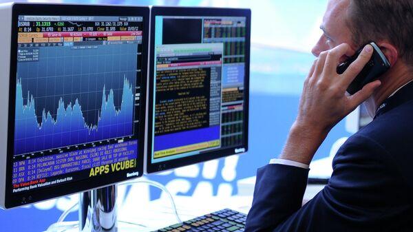 Экран, транслирующий биржевые графики и диаграммы. Архив