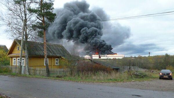 Крупный пожар на заводе в Новгородской области