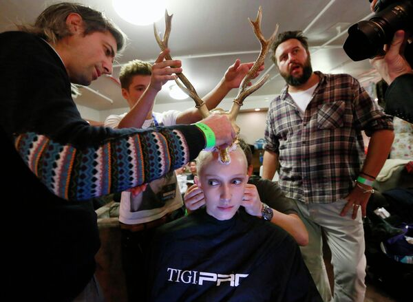 Стилисты работают с моделью на на шоу Alternative Hair Show в Лондоне