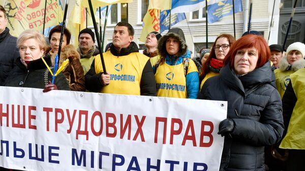 Участники протестной акции Федерации профсоюзов в Киеве. Протестующие выступают против закона О труде