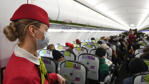 Бортпроводница в салоне самолета авиакомпании S7, прибывшего из Пекина