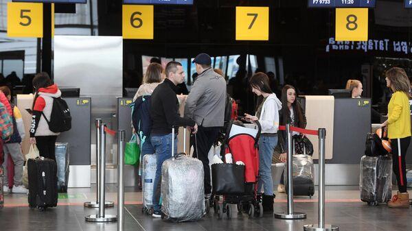 Пассажиры у стойки регистрации в международном аэропорту в Казани