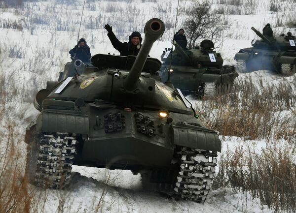 Советский тяжёлый танк ИС-3 (на первом плане) во время показательного выезда на Центральной базе хранения бронетанковой техники Восточного военного округа в Приморском крае