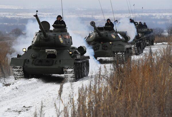 Танки Т-34 и ИС-3 (слева направо) во время показательного выезда на Центральной базе хранения бронетанковой техники Восточного военного округа в Приморском крае