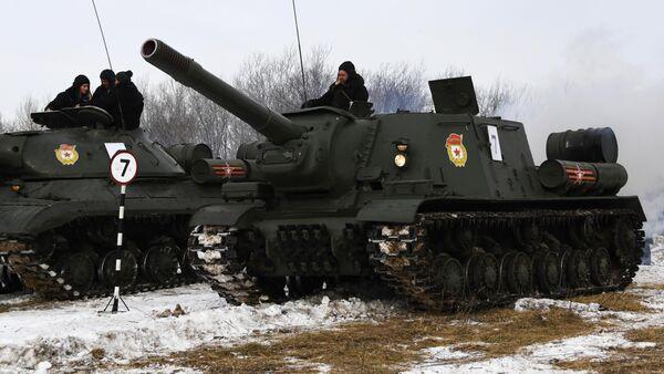 Тяжёлая советская самоходно-артиллерийская установка (САУ) СУ-152 во время показательного выезда на Центральной базе хранения бронетанковой техники Восточного военного округа в Приморском крае