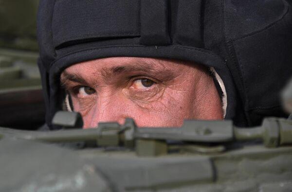 Военнослужащий РФ во время показательного выезда исторической бронетехники на Центральной базе хранения бронетанковой техники Восточного военного округа в Приморском крае