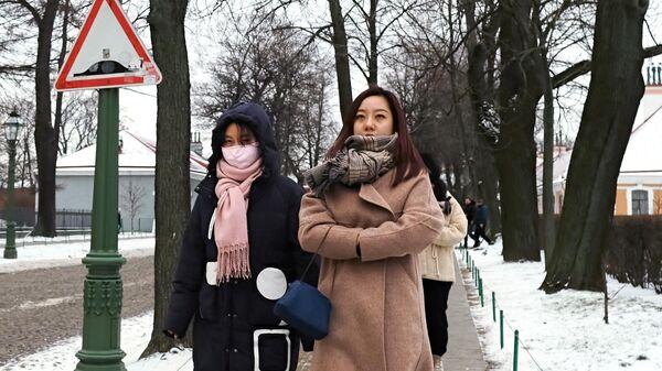 Иностранные туристы на территории Петропавловской крепости в Санкт-Петербурге.