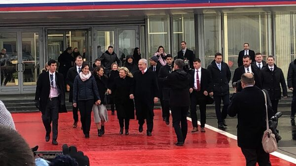 Премьер-министр Израиля Биньямин Нетаньяху с женой Сарой и Наама Иссахар с матерью Яффой в международном аэропорту Внуково