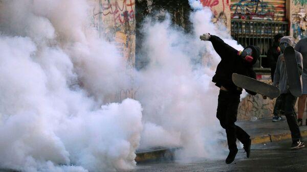 Демонстрант во время акции протеста против правительства Чили