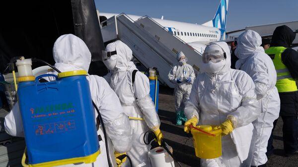 Спецслужбы аэропорта Алма-Аты у самолета с прибывшими из Китая пассажирами